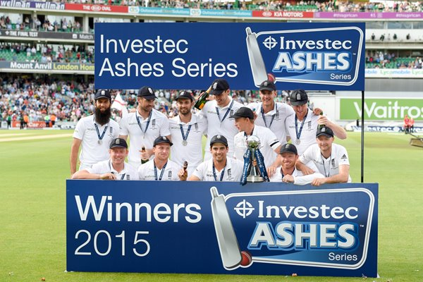 2015 England team celebrate OVal