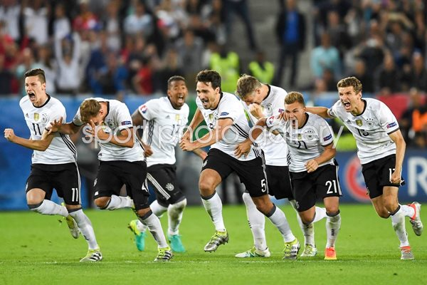 Germany team celebrate win v Italy 2016