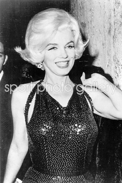 Marilyn Monroe heads out smiling