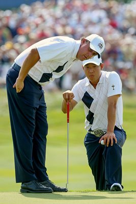 Mickelson and Kim line up putt 2008 Ryder Cup