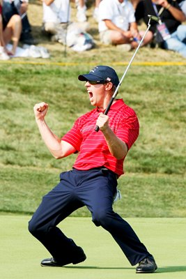 Hunter Mahan celebrates monster putt on 17th