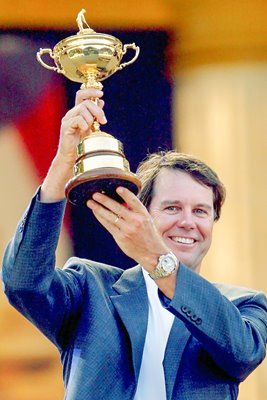 2008 USA captain Paul Azinger lifts Ryder Cup