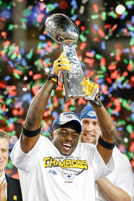 2009 Santonio Holmes lifts Super Bowl XLIII trophy