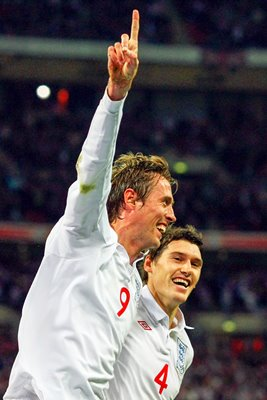 Peter Crouch celebrates his goal with Gareth Barry