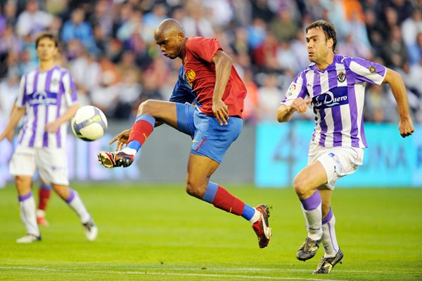 Samuel Eto'o shoots for Barcelona v Valladolid 2009