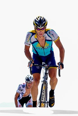 Lance Armstrong reaches top of Mont Ventoux