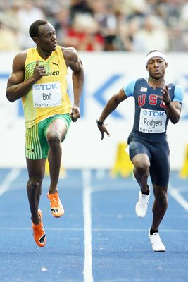 Usain Bolt cruises though to 100m Final