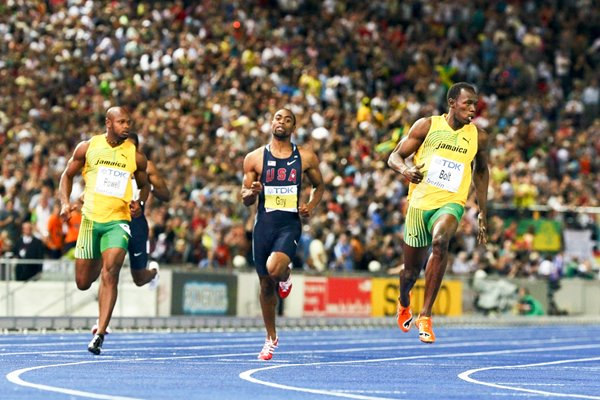 Usain Bolt crosses finish line in Berlin 2009
