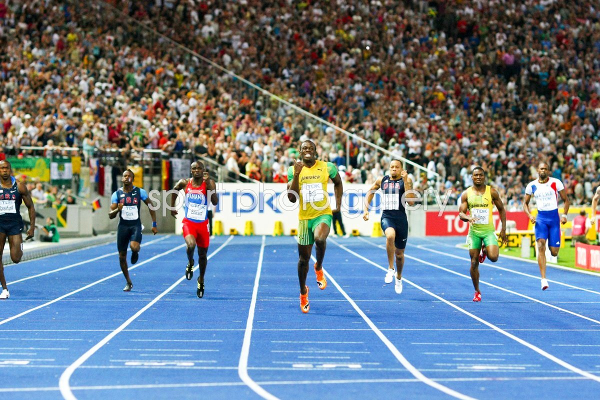 Usain Bolt drives for home in 200m Final
