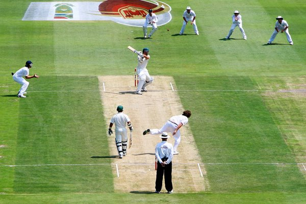 Graeme Smith edges but given Not Out
