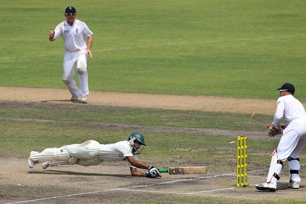 Matt Prior stumps Shakib of Bangladesh Dhaka 2010