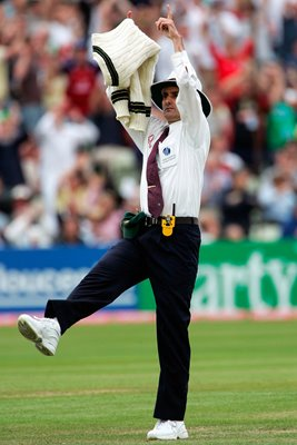 Billy Bowden signals Six