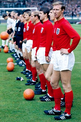Jack Charlton and England line up for final
