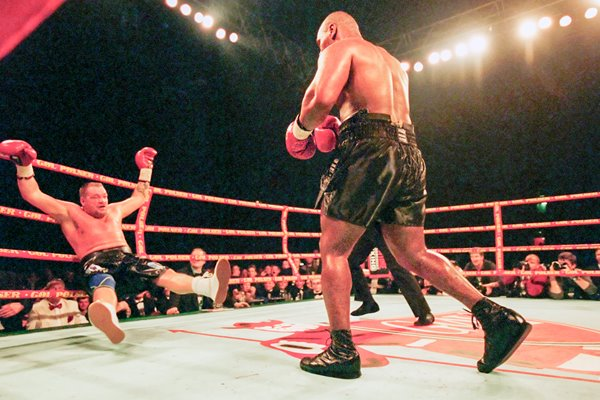 Mike Tyson knocks out Brian Nielsen