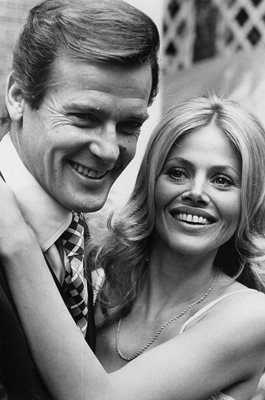 Roger Moore & Britt Ekland James Bond The Man with the Golden Gun 1974