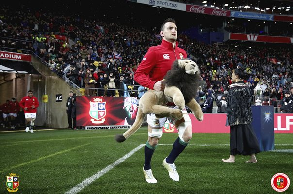 Sam Warburton leads out British & Irish Lions Wellington 2017