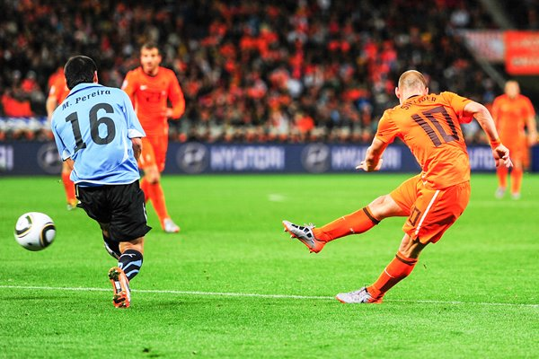 Wesley Sneijder of Holland shoots