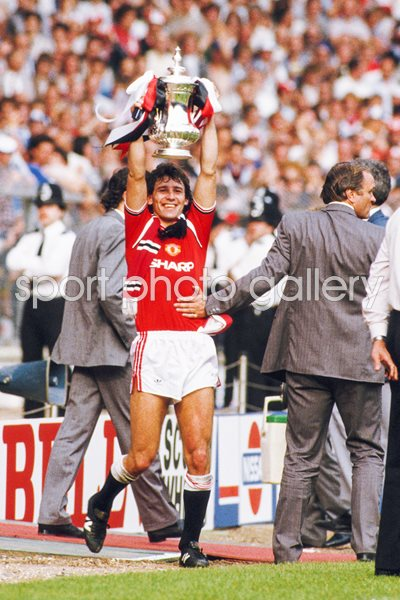 Bryan Robson Manchester United 1985 FA Cup Winners
