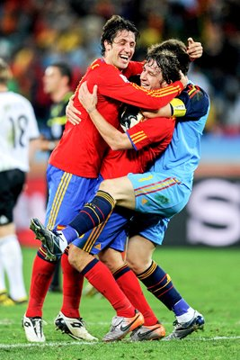 Spain team mates celebrate win against Germany