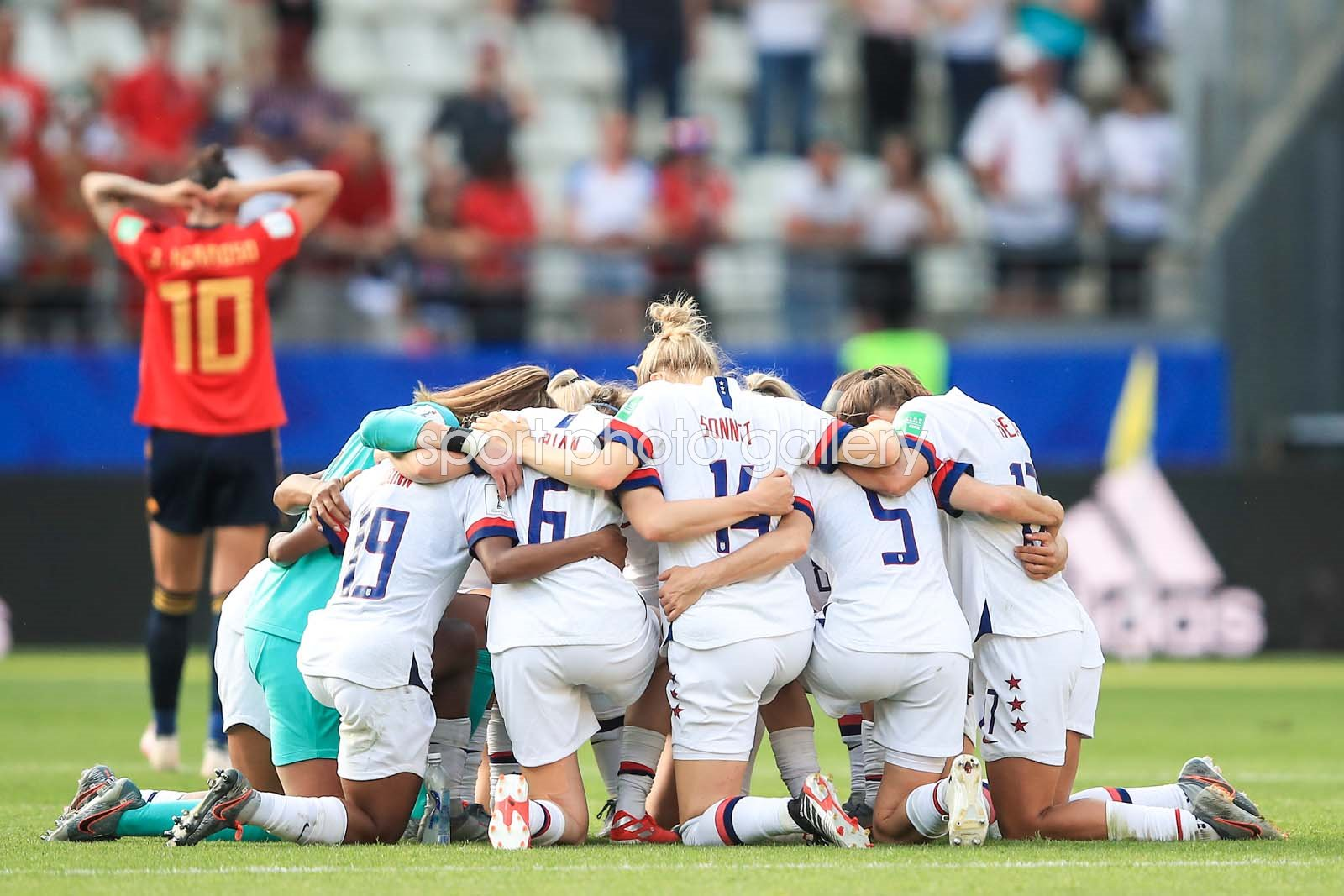 USA Team Huddle v Spain Round of 16 win World Cup 2019
