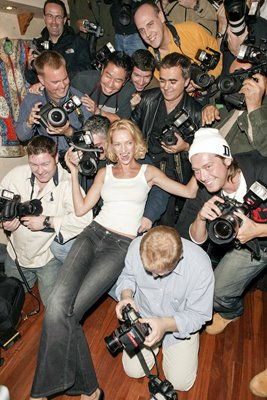 Uma Thurman with paparazzi