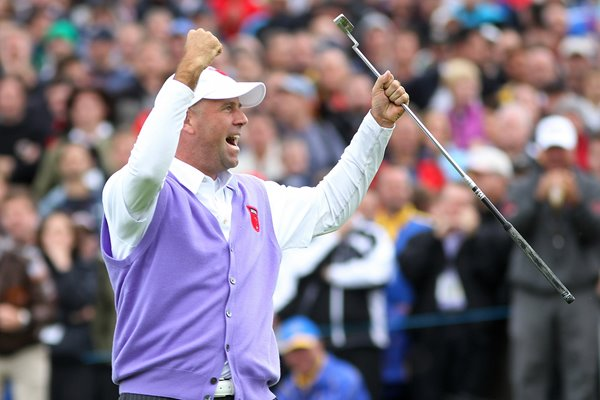 Stewart Cink celebrates Monster Putt on 17