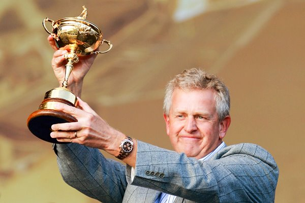 Monty raises trophy at Closing Ceremony