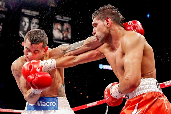 Amir Khan connects v Marcos Maidana