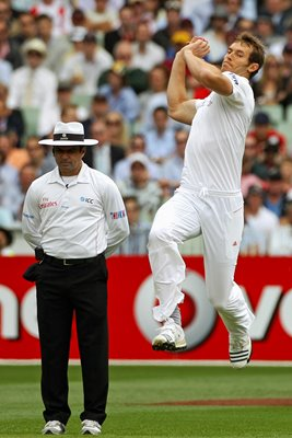 Chris Tremlett bowls 4th Test - 2010 Ashes