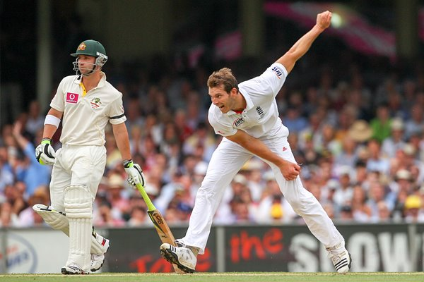 Chris Tremlett bowls 2010 Ashes - Sydney