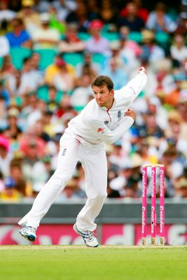 Graeme Swann bowls at the SCG - 2010 Ashes